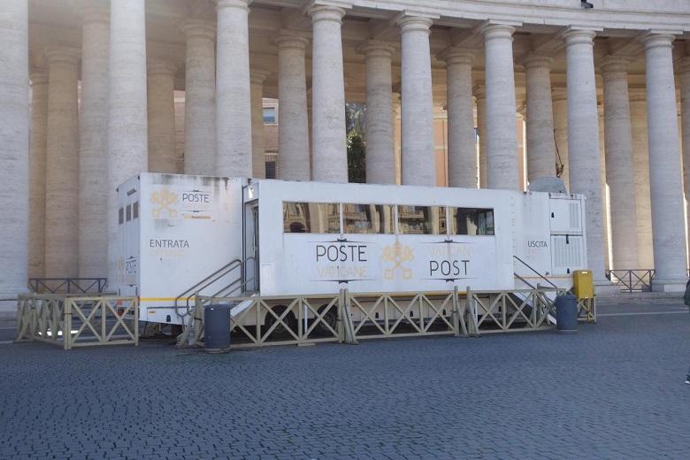 聖ピエトロ広場の中に増設された簡易郵便局