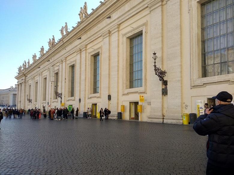 聖ピエトロ広場にある公式ショップはここの並び