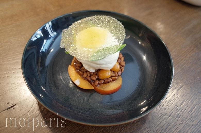 デザートは桃の軽いグリルのヨーグルトのムース添え