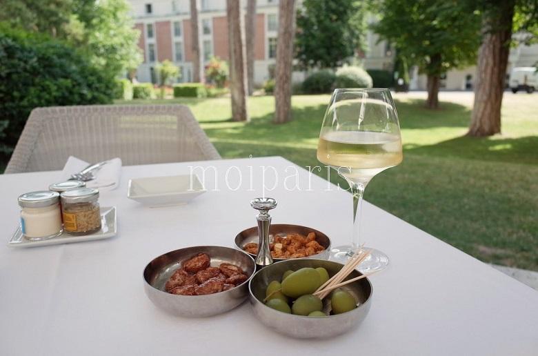 ヴェルサイユ庭園の離宮テラス気分で白ワインを味わう