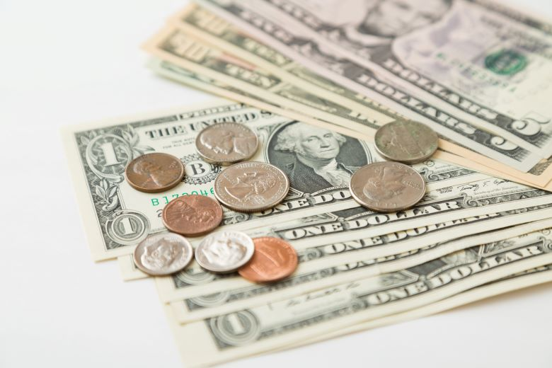 アメリカドル紙幣と硬貨