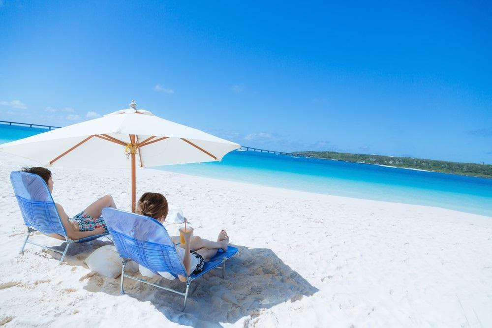 沖縄のビーチとカップル1