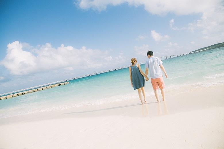 沖縄のビーチとカップル2