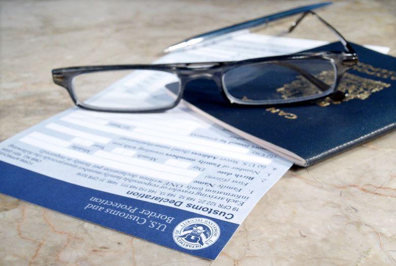 税関申告書とパスポート