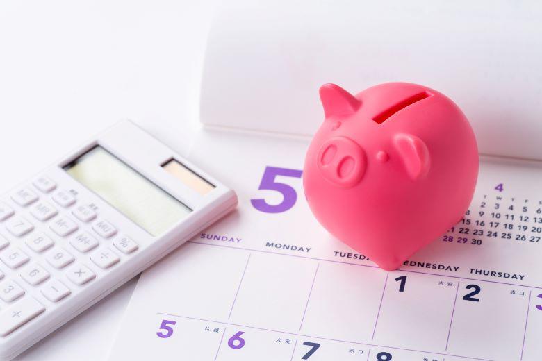 ブタの貯金箱とカレンダー