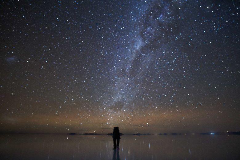 ウユニ塩湖にたつカップル