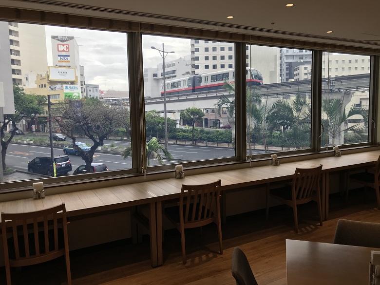 ナハナ・ホテル&スパのレストランから見えるモノレール