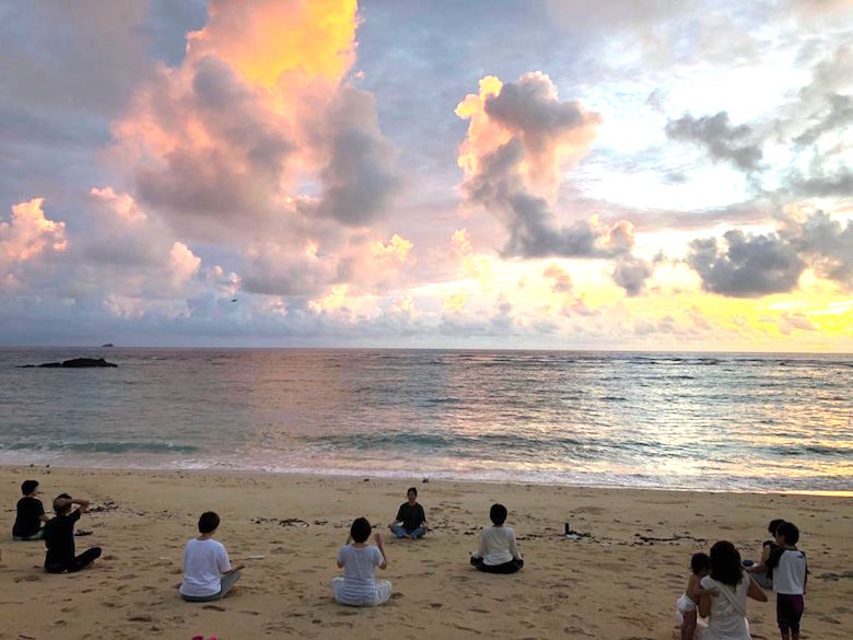 自然と一体になれるビーチヨガ