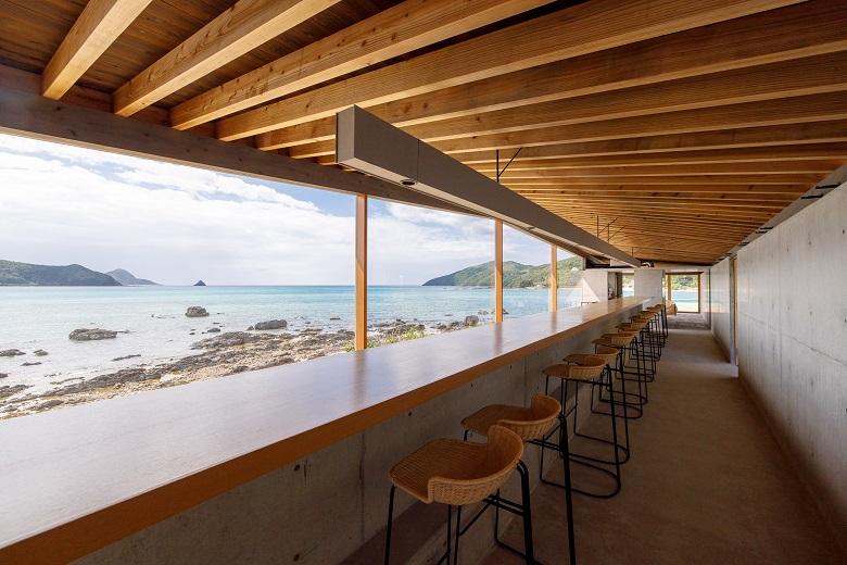 奄美の伝統食を取り入れた眺めのよいレストラン