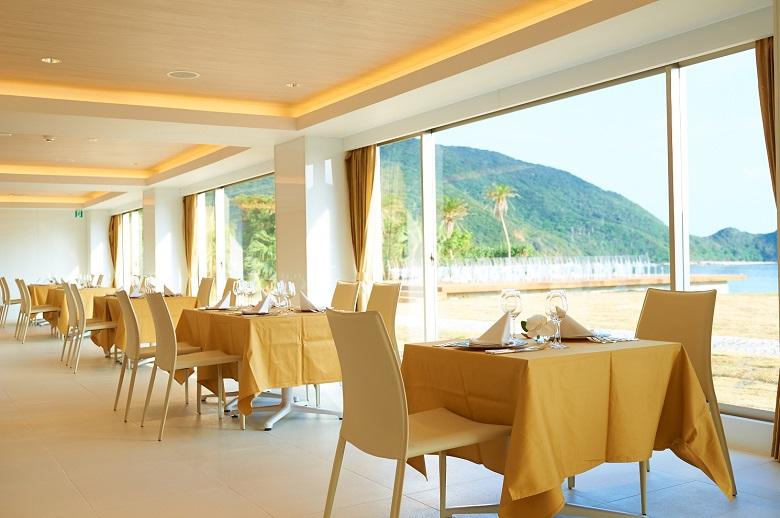 奄美の海を臨むレストラン