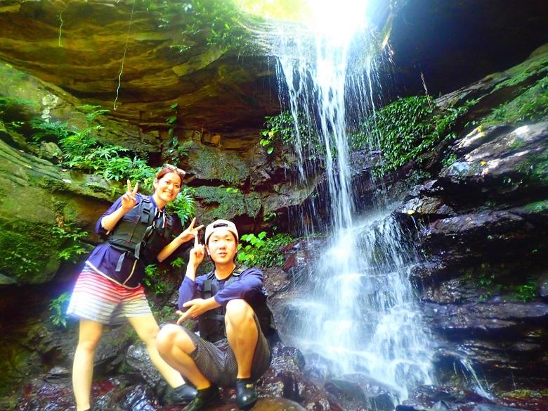 「幸運の滝」で記念撮影